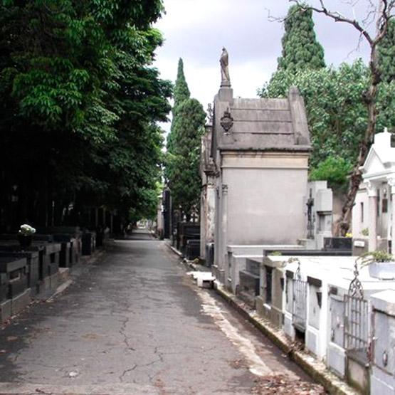 Coroa de Flores no Cemitério do Araçá